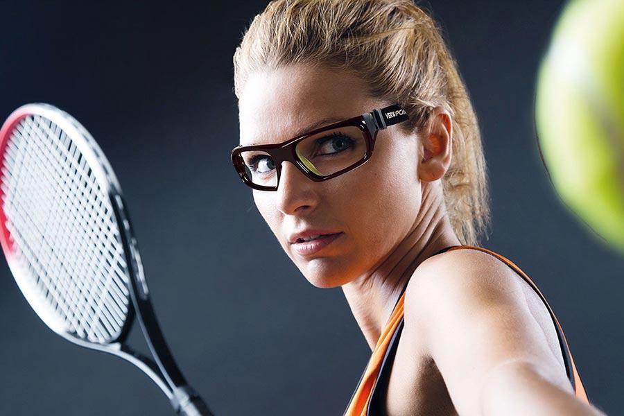 Mujer con lentes deportivos